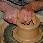 Pratique du tour de poterie à l'atelier d'Autrans